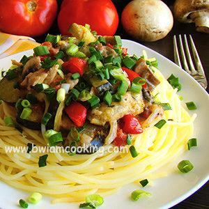 Гуляш из курицы с кабачками и грибами на сковороде