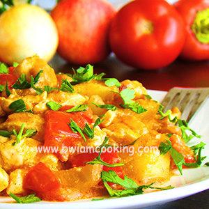 Паприкаш из курицы со сладким перцем и яблоками