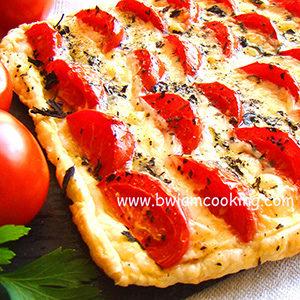 Пирог из слоеного теста с помидорами и сыром