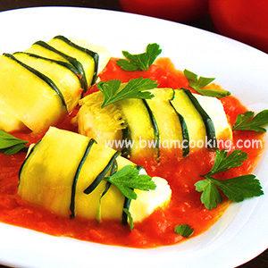 Рулетики из кабачков с сыром и томатным соусом