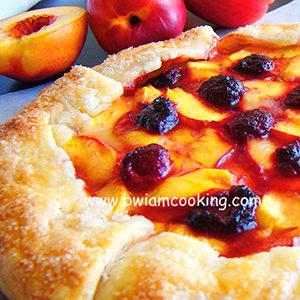 Пирог песочный «Галета» с персиками и малиной