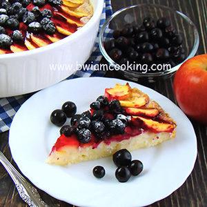 Пирог на сметане с яблоками и черной смородиной