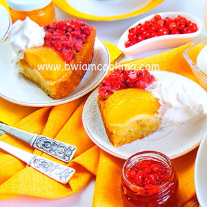 Пирог со сметаной, персиками и красной смородиной