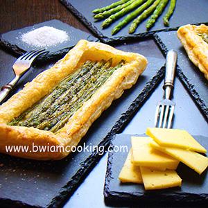 Пирог из слоеного теста с сыром и спаржей