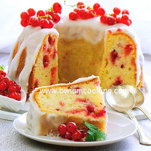 Кекс со сметаной и красной смородиной