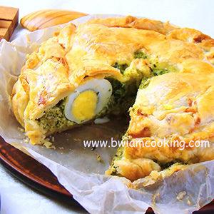 Пирог из слоеного теста со шпинатом и яйцом