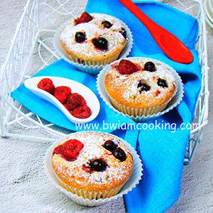 Кексы «Маффины» со сгущенкой и ягодами