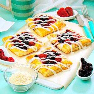 Мини-пироги из слоеного теста с ягодами