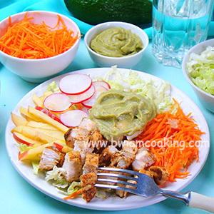 Салат с авокадо, курицей и капустой
