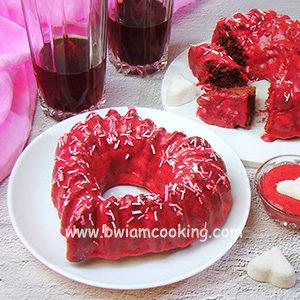 Пирог с вишней и глазурью