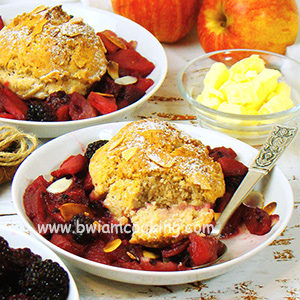 Пирог песочный «Коблер» с ежевикой и яблоками