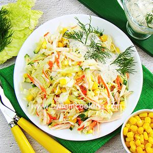 Салат с крабовыми палочками, кукурузой и огурцами