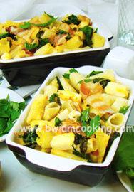 Макароны с плавленым сыром, шпинатом и беконом