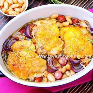 Курица с копчеными колбасками и фасолью