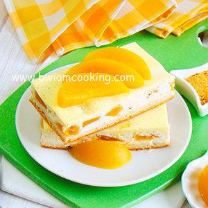 Пирог дрожжевой с творогом, персиками и сметаной