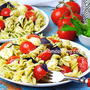 Макароны «Капрезе» с сыром и помидорами