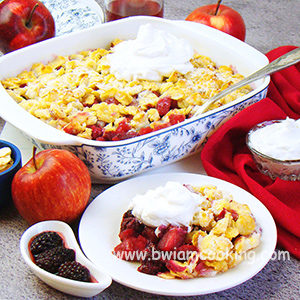 Пирог «Крамбл» с яблоками и ежевикой