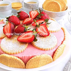 Торт с печеньем и клубникой без выпечки