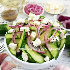 Салат с огурцами, луком и сыром