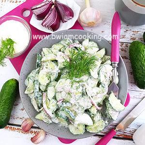 Салат с огурцами, укропом и сметаной