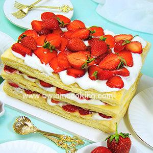 Торт «Наполеон» из слоеного теста с клубникой